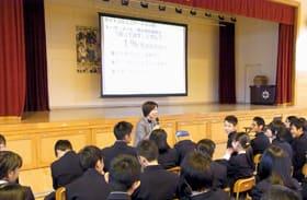 中谷代表の話を聴き、電子機器の取り扱いマナーを学んだ生徒ら(提供写真)