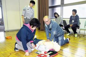 人形を使って心肺蘇生法を学ぶ参加者