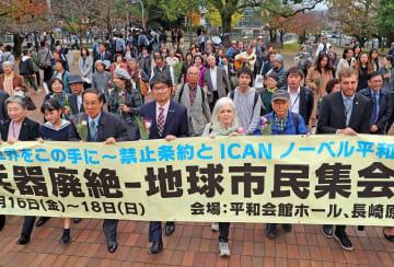 原爆落下中心地碑に向かって行進する参加者=長崎市、爆心地公園