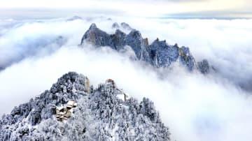 華山が雪化粧、絵巻のような風景に