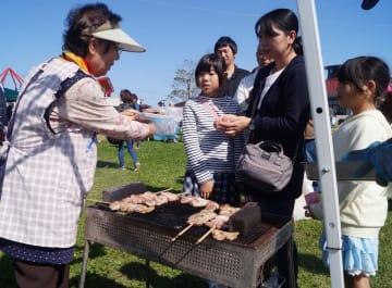 地産豚肉を使い串焼きなどを提供したイベント「ASAHI PORK PARK」=10月21日、旭市の道の駅「季楽里あさひ」