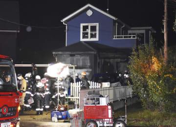 火災があった兵庫県稲美町の木造住宅=19日午前3時25分