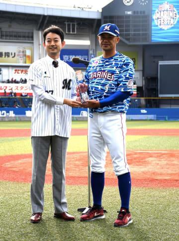 「ホームタウン感動賞」のトロフィーを熊谷市長(左)から受ける千葉ロッテの福浦選手=18日、千葉市美浜区のZOZOマリンスタジアム
