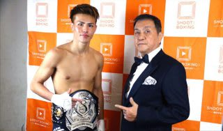 S-cup世界トーナメントで優勝した海人(左)を称えるシーザー会長。軽量級の海人を育成して打倒・那須川天心を目指す