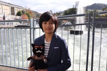 NHK京都のキャラクター「ねこまる」と城桧吏 - (C) NHK