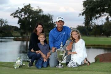 家族とともに復活優勝を喜ぶチャールズ・ハウエルIII(撮影:GettyImages)