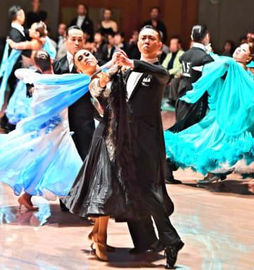 ダンスの技やコンビネーションを競う参加者=18日、那覇市・県立武道館(田嶋正雄撮影)