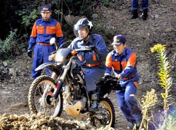 悪路でのバイク走行の訓練をする消防団員ら