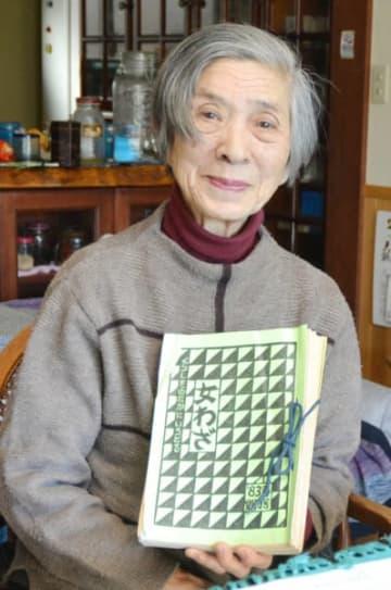 会報を手に「文化を守り続ける人がいるからこそ本を世に出すことができた」と語る森田珪子さん