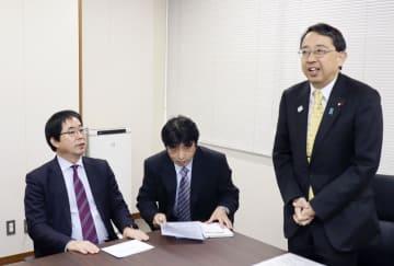 中国のメディア関係者にあいさつする橘慶一郎復興副大臣(右)。左はアジア通信社の徐静波社長=19日、復興庁