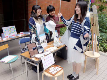 裁断くずを再資源化した布で羽織り物などを作った学生たち(京都市東山区・京都女子大)