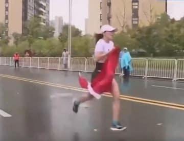 マラソン大会でデッドヒート中の中国選手に国旗が手渡される、雨含み重く選手失速、やむなくポイ捨て=「国旗捨てるとは何事か」と物議―中国