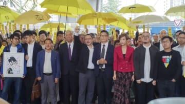 香港の裁判所前に集まったデモ提唱者と支持者ら=19日(共同)