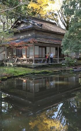 瀧本邸の一般公開を見学する人たち=18日、上越市頸城区