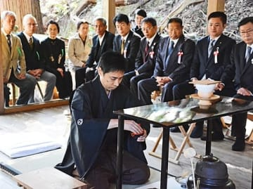 【歌人・西行の生誕900年を記念し、お茶をたてる花輪竹峯宗匠(18日、和歌山県上富田町岡の八上神社本殿で)】