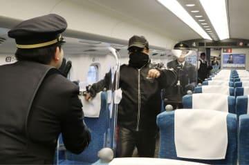 新幹線内で男が刃物を振り回したと想定し行われた訓練=19日午後、大阪府摂津市