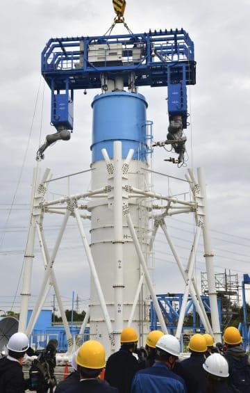 福島県広野町で実施された、東京電力福島第1原発1、2号機共用の排気筒上部の解体に向けた実証試験=19日午後
