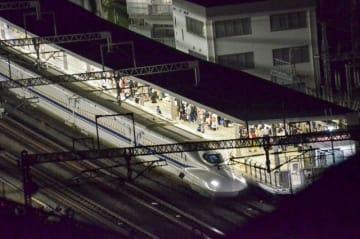 刺傷事件が起き、小田原駅に停車している新幹線=6月9日