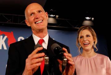 米中間選挙の投開票日の6日、演説する共和党のスコット氏(左)=フロリダ州(ロイター=共同)