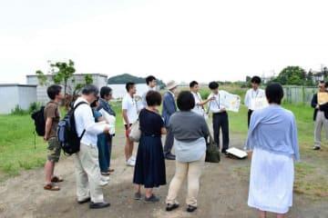 鎌倉市が移転先とする深沢地域整備事業用地を見学する市民=5月、同市寺分