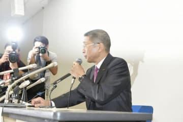 会見に臨む西川社長