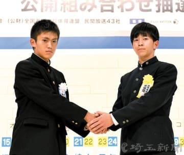 浦和南の鹿又耕作主将(左)が初戦相手の東福岡の中村拓也主将と握手を交わす=19日午後、東京都内