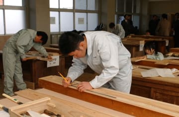 木材加工部門で熱心に作業に取り組む出場者=大村市、県立大村工業高校