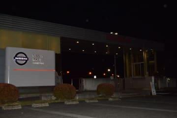 日産自動車栃木工場の正面玄関。同工場にゴーン容疑者が訪れたこともある=19日午後7時35分、上三川町上蒲生