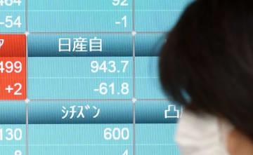 急落した日産自動車の株価を示すモニター=20日午前、東京都中央区