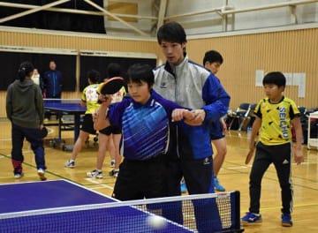 小学生(手前)に基本技術を教える西村選手