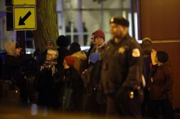 19日、米シカゴで起きた発砲事件後、集まった事件現場の病院の職員ら(ゲッティ=共同)