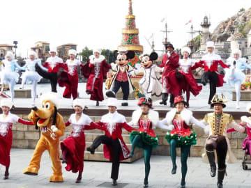 TDSで公演中の「イッツ・クリスマスタイム!」。ミッキーやミニーがダンサーと共にラインダンスを繰り広げる華やかなレビューショーだ