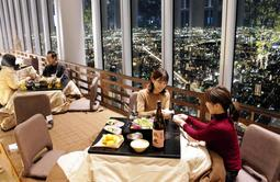 地上約300メートル、あべのハルカス58階の展望台に登場したこたつ席=大阪市阿倍野区