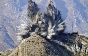 20日、非武装地帯(DMZ)の北朝鮮側で爆破される監視所(韓国国防省提供・共同)