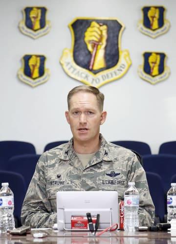 燃料タンク投棄について説明する米軍三沢基地のクリストファー・ストルービ司令官=20日午後、青森県三沢市