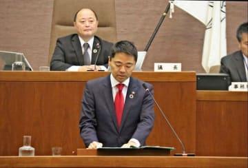 住民投票条例案に反対する意見を述べる松尾市長(中央)=鎌倉市役所