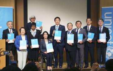 日本ユニセフ協会の記者会見に出席したスポーツ庁の鈴木大地長官(右から5人目)ら=20日午後、東京都港区