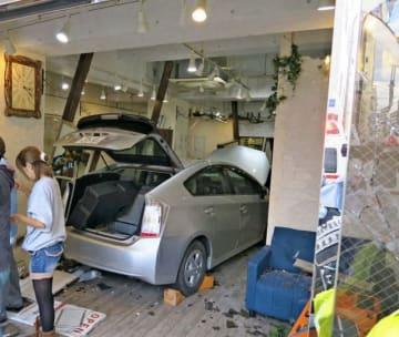 美容室に突っ込んだ乗用車=20日午後3時半、横須賀市米が浜通