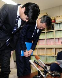 教員のわいせつ事案が相次ぎ、謝罪する県教育委員会の担当者=兵庫県庁