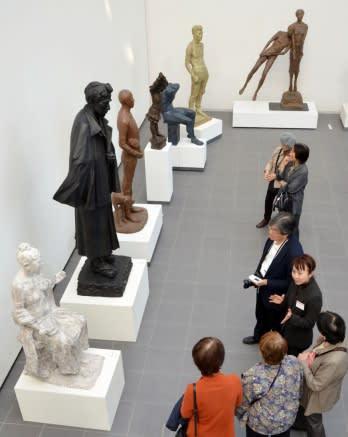 彫刻など4部門の135点が展示されている日展鹿児島会霧島展=霧島市国分