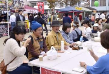 のきさき市で昼食を楽しむ市民ら=鹿児島市の騎射場公園