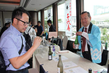 GI山形日本酒試飲商談会で、9蔵元が香港のバイヤーらに商品を売り込んだ=20日、尖沙咀東(NNA撮影)