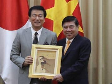 千葉県の森田知事(左)はホーチミン市のフォン主席に介護人材の送り出し支援を要請した=20日、ホーチミン市