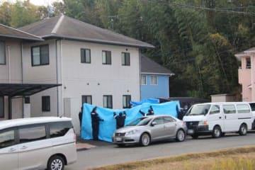 幼い兄弟2人が刺殺された事件で容疑者の自宅を現場検証する広島県警の捜査員(20日午後2時38分)=画像の一部を加工しています