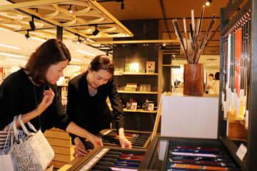多彩な熊野筆が並ぶ百貨店の売り場(広島市中区)