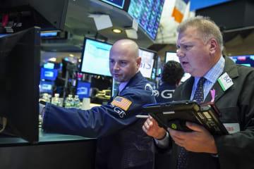 ニューヨーク証券取引所のトレーダーたち(ゲッティ=共同)
