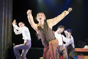 2017年10月に上演した「ライトな兄弟」で、ダンスを踊る藤田善宏さん=神奈川県横浜市の関内ホール(松本和幸さん撮影)