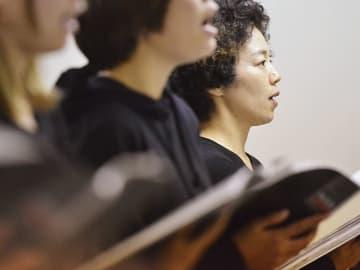 フォーラムで上演する演劇の稽古で、女性ハウス入寮者と一緒に合唱する勇陽子さん(右奥)=19日、岐阜市真砂町、岐阜ダルク