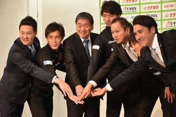 青森県初のJリーグ入りが正式決定し、記念写真に納まるヴァンラーレ八戸の選手、監督、スタッフら=20日、八戸市内