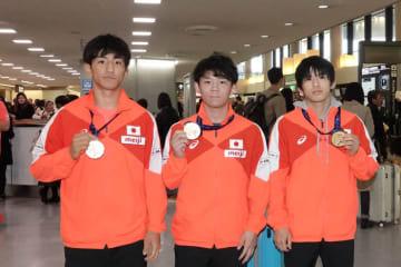 メダルを持って帰国した(左から)基山仁太郎、樋口黎、長谷川敏裕